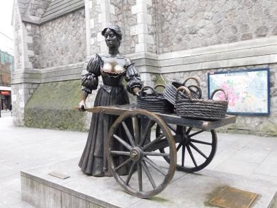 A conhecida Molly Malone fica localizada na esquina da Grafton Street com a Suffolk Street e é a estátua mais fotografada de todo o país.Ela é feita de Bronze e foi esculpida por Jeanne Rynhart em 1988 para celebrar o primeiro milênio de Dublin e assim também homenagear uma das estórias mais conhecidas da Irlanda.
