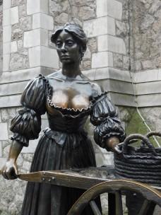 A estátua mostra Molly Malone, personagem de uma música tradicional irlandesa chamada 'Cockles and Mussels', com seu carrinho de mão vendendo peixes, mexilhões e moluscos pelas ruas de Dublin. Foto: Aline Vieira
